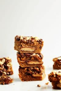 This easy recipe for healthy peanut butter chocolate chip blondies can be made in one bowl and with only a few ingredients! Perfect for a quick and delicious weeknight dessert. #healthydesserts #easydesserts #blondies #peanutbutter #chocolatechips
