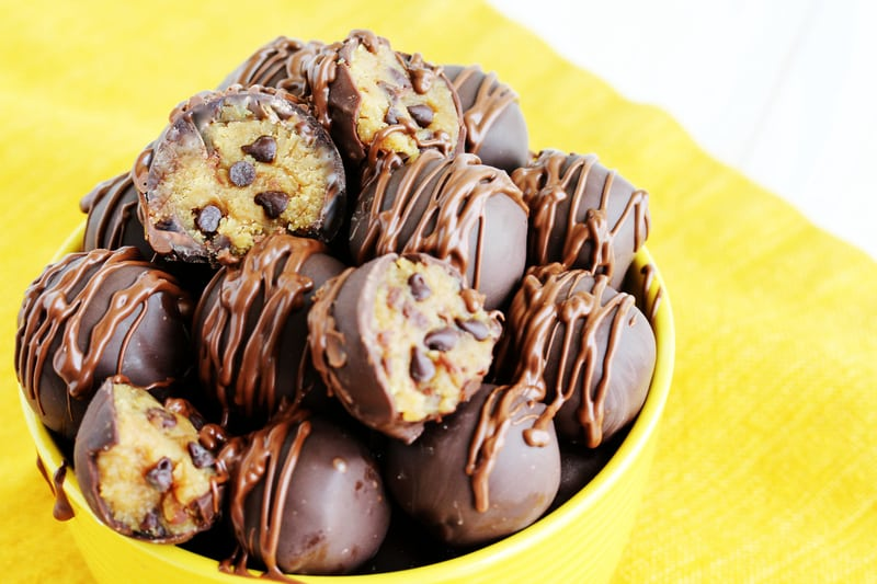 Healthy edible eggless cookie dough never looked so good! This delicious dessert recipe is perfect to keep in the freezer for an easy, cool, and refreshing treat during the summer! Of course you can also keep that at room temp for an equally amazing snack. #cookiedough #summertreat #healthydessert #vegandessert #easyrecipe #ediblecookiedough #HealthyHacks